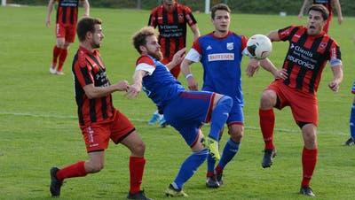 Dejan Baumann, rechts, beendet nach 20 Jahren als Aktiver, davon knapp 18 beim FC Bazenheid, seine Karriere als Fussballer. (Bild: Beat Lanzendorfer)