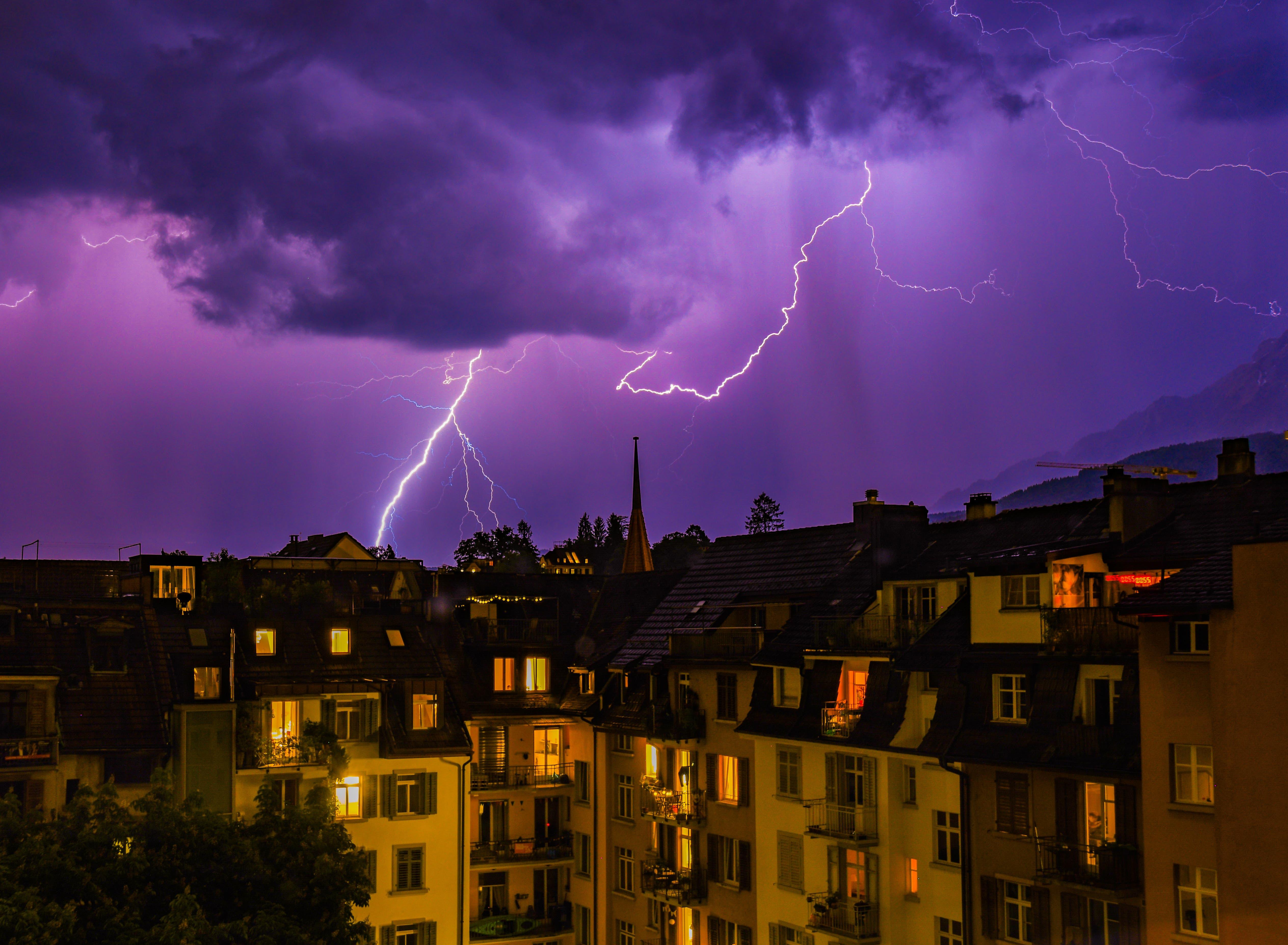 Ein Blitzgewitter in der Stadt Luzern.