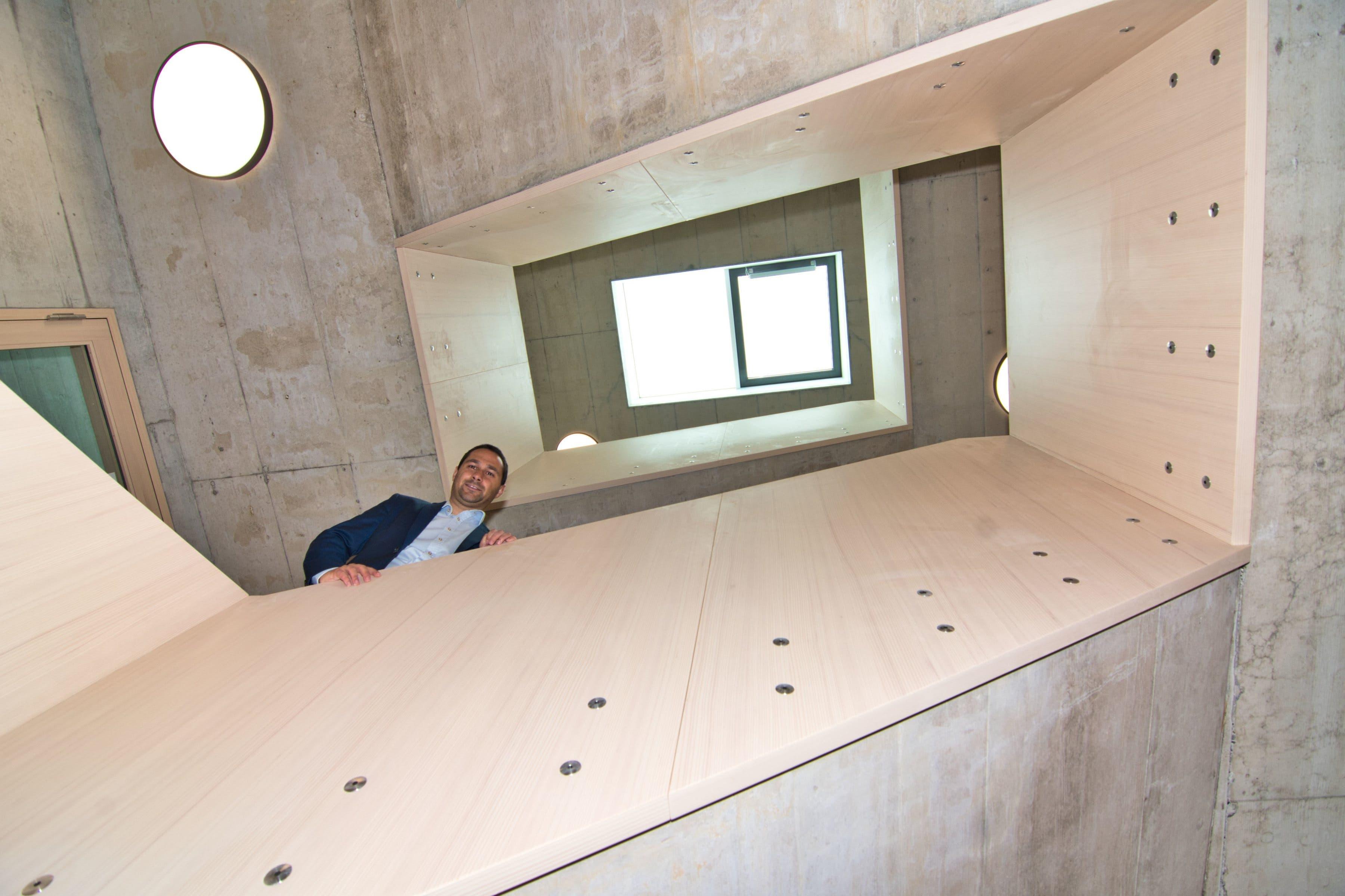 Gabriel Macedo im Treppenhaus in die zweite Etage unterwegs.