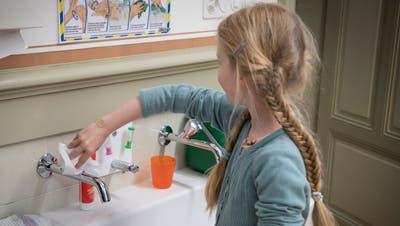 Händewaschen, regelmässig und richtig: Nicht nur die Lehrerinnen und Lehrer, auch Plakate erinnern die Schulkinder daran. (Bild: Ralph Ribi)