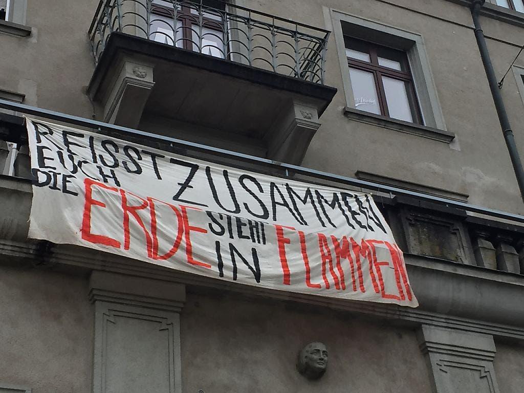 An einer Hauswand statt auf der Strasse: Transparent in St. Gallen.