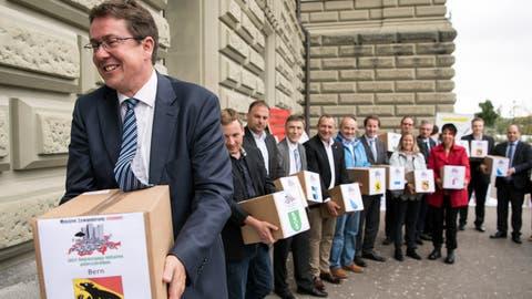 SVP-Präsident Albert Rösti und weitere Parteivertreter reichten die Unterschriften für die Begrenzungsinitiative am 31. August 2018 in Bern ein. (Peter Schneider / KEYSTONE)