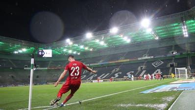 Bilder an die man sich gewöhnen kann: Kölns Mark Uth schlägt im leeren Stadion einen Eckball. (Roland Weihrauch / DPA)