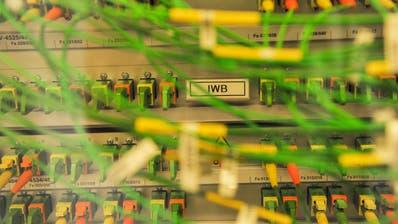 Verkabelung von Glasfasern in einem Verteilkasten. Laut dem Frauenfelder Stadtrat sind 80 Prozent der Haushalte und des Gewerbes mit Breitbandanschlüssen erschlossen. ((Bild: Martin Toengi))