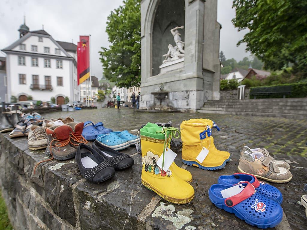 Schuhe statt Aktivisten: Drei Demonstrantinnen der Klimagruppe Nidwalden und rund 200 Paar Schuhe beim Winkelried-Denkmal in Stans.