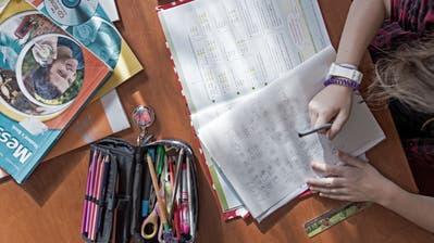 Gina Attolini (10 Jahre) aus Schwyz erledigt zu Hause im Wohnzimmer ihre Hausaufgaben. Das Bild entstand am Donnerstag, 20. Oktober 2016.(Pius Amrein / Neue LZ)Schule, Hausaufgaben, Ufzgi, Stift, papier, Etui, Schreiben, Lehrbuch, Englisch, Mathematik (Pius Amrein  (neue Lz) / Neue Luzerner Zeitung)