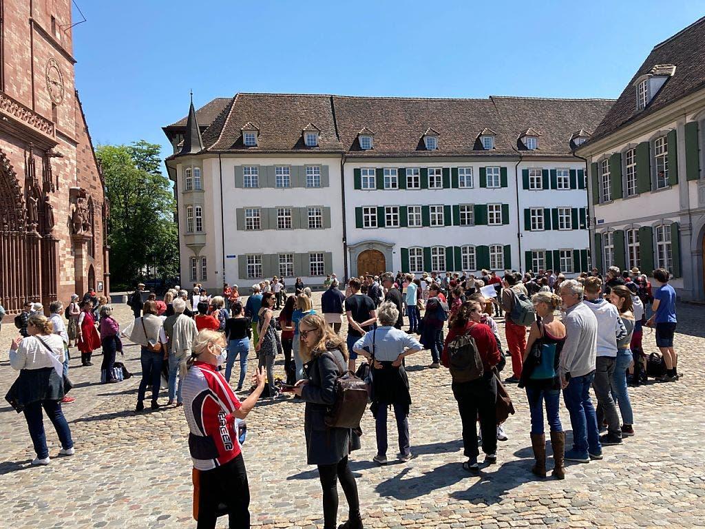 Kundgebungsteilnehmerinnen und -teilnehmer halten angemessen Abstand auf dem Basler Münsterplatz.