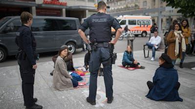 Stadtpolizisten im Gespräch mit Teilnehmerinnen und Teilnehmer an der Kundgebung gegen den Lockdownam Samstag auf dem Kornhausplatz. (Bild: Benjamin Manser (16.5.2020))