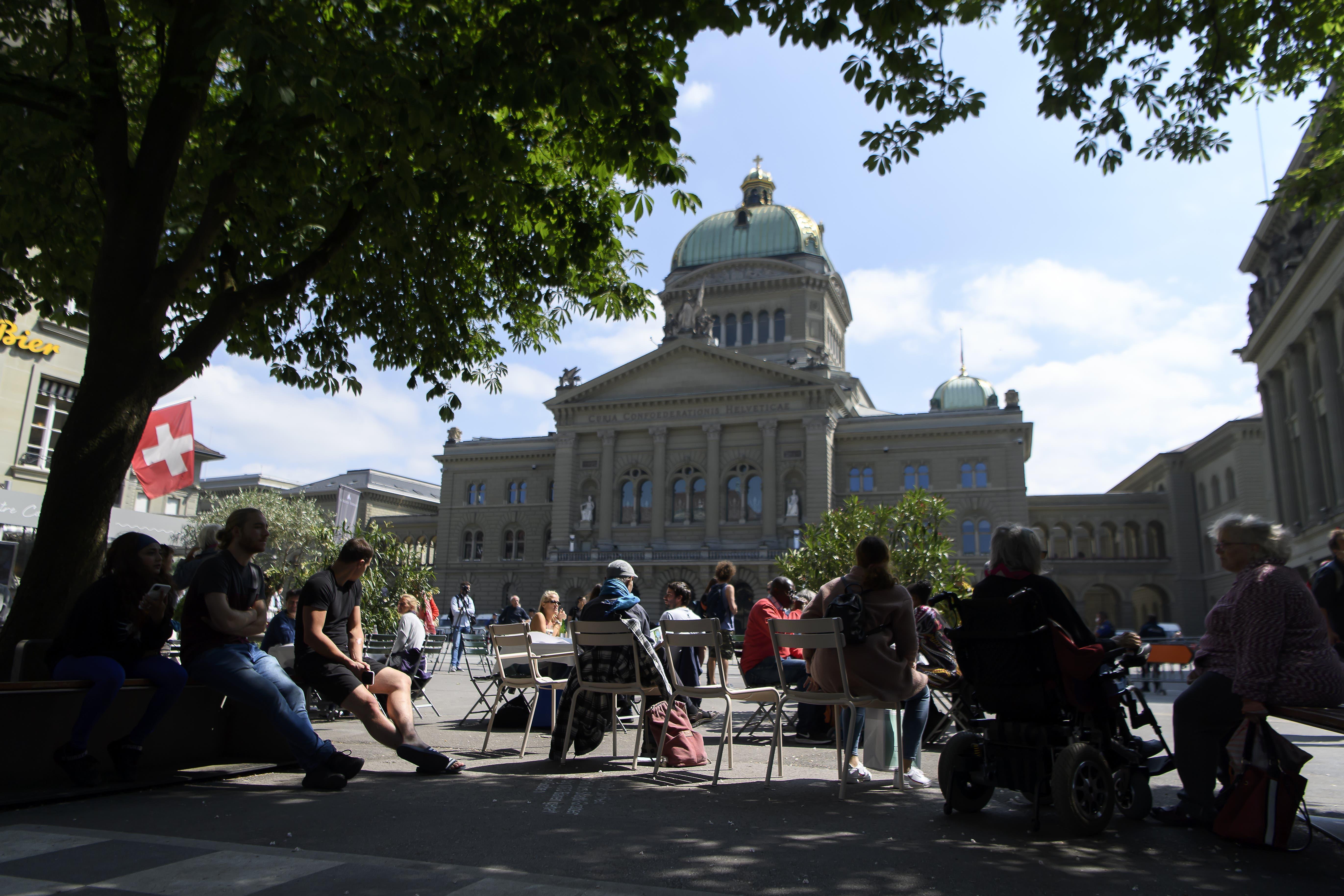 Demonstranten genossen die Wetter vor dem Bundesaus bei einer Demonstration gegen den Coronavirus Lockdown, am Samstag, 16. Mai 2020, in Bern. (KEYSTONE/Anthony Anex)