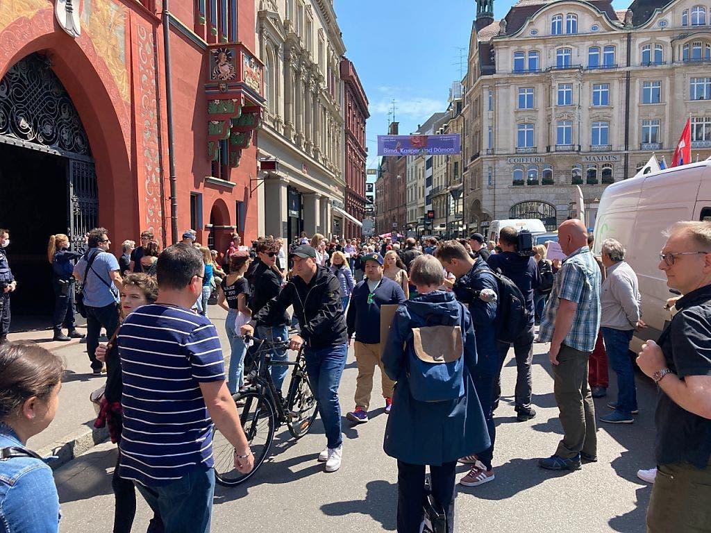Demonstrierende und viele Passanten vor dem Rathaus in Basel.
