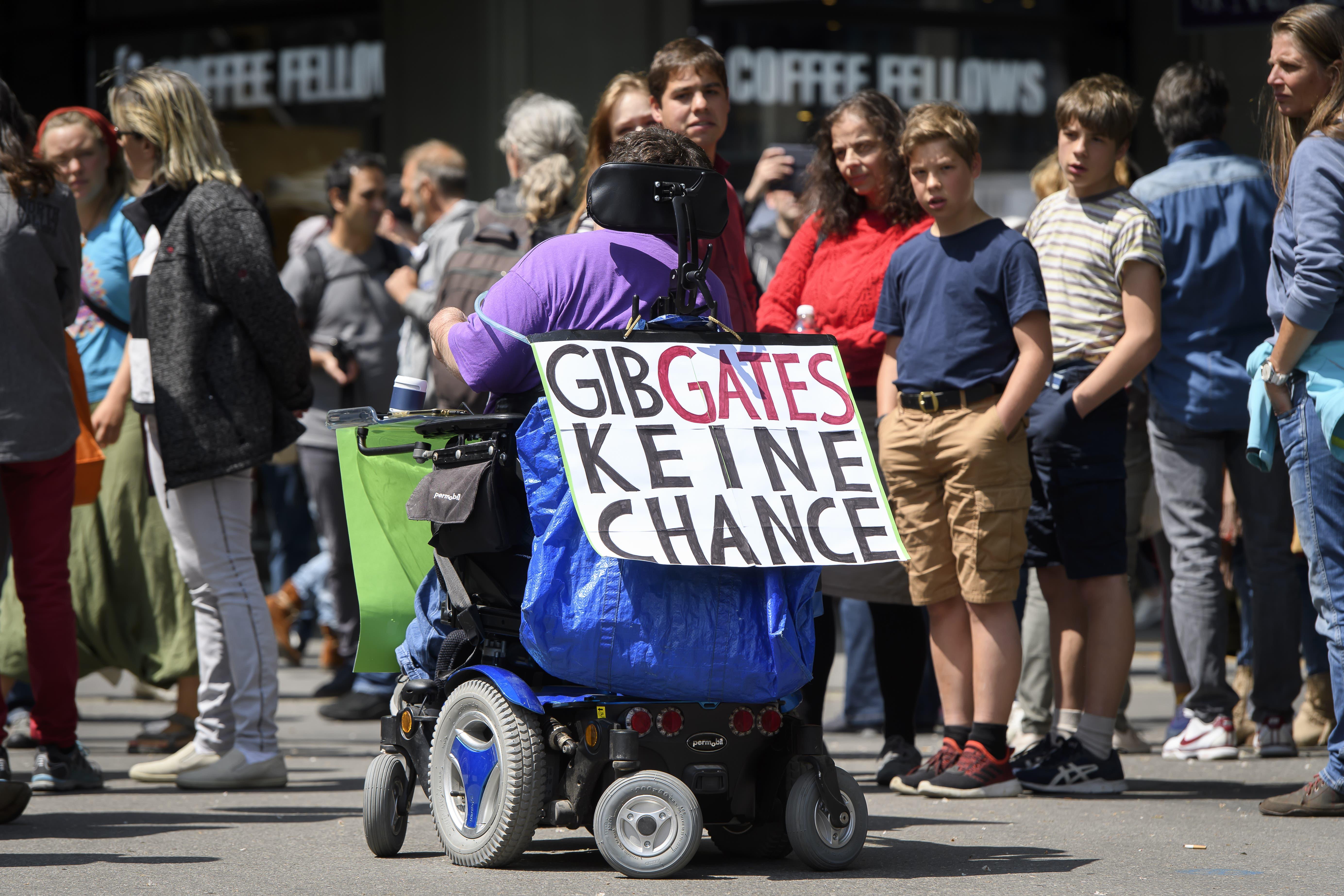 Ein Demonstrant im Rollstuhl, bei einer Demonstration gegen den Coronavirus Lockdown, am Samstag, 16. Mai 2020, vor dem Bundesplatz, in Bern. (KEYSTONE/Anthony Anex)