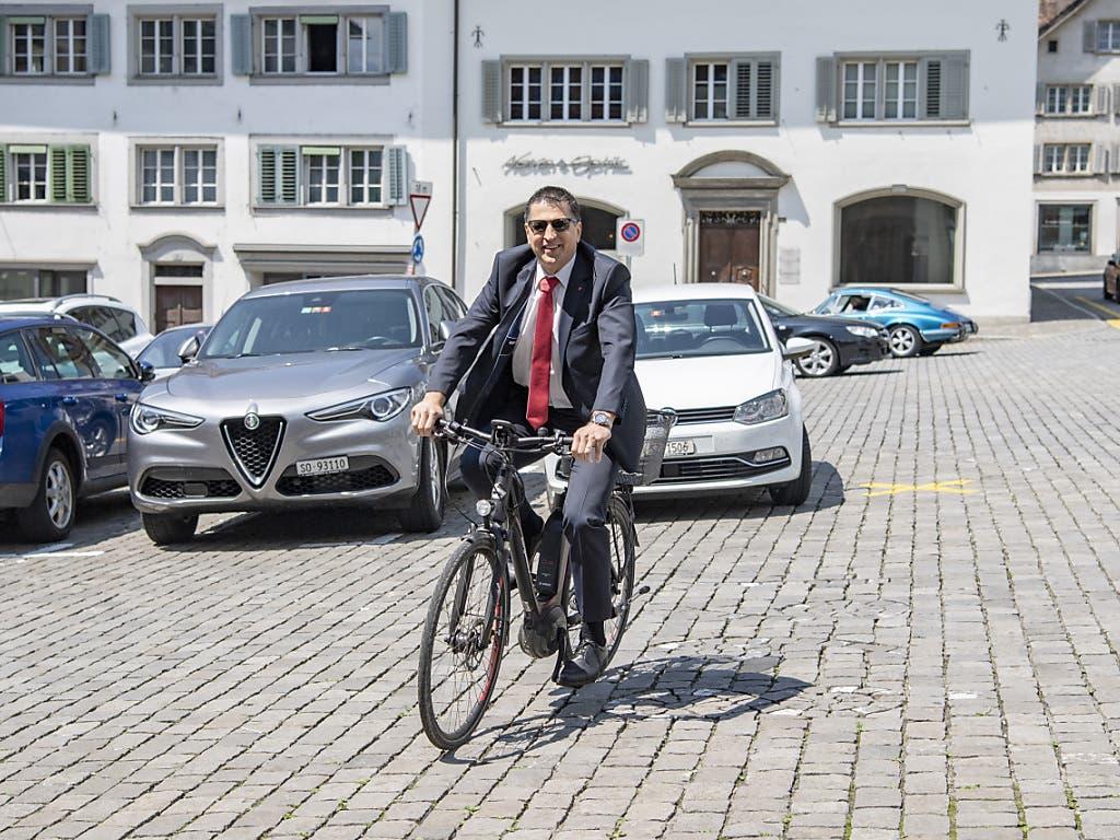 Der neu gewählte Schwyzer Regierungsrat Sandro Patierno (CVP) fährt vor dem Rathaus in Schwyz vor.