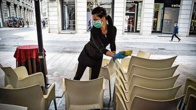 Italiens Gastro-Betriebe wie hier in Mailand putzen sich raus: Ab diesem Montag dürfen sie öffnen. Auch die Landesgrenzen gehen bald auf. (Bild: Matteo Corner/EPA)