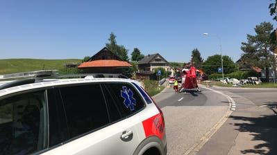 Die lebensbedrohlich verletzte Fussgängerin wurde mit der Rega ins Spital geflogen. (Bild: Zuger Polizei)
