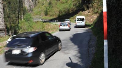 Bristenstrasse. Die ersten Autos fahren los. (Urs Hanhart)