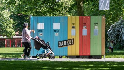 Eine der vier gestern errichteten Recyclingstellen auf der Ufschötti. (Bild: Nadia Schärli (Luzern, 18. Mai 2020))