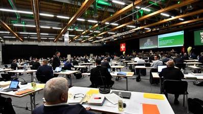 Ausserordentlich spendabel in ausserordentlicher Umgebung: Das St.Galler Kantonsparlament am ersten Sessionstag in der Olmahalle. (Regina Kühne)