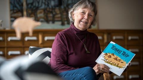 Anita Fahrni zeigt stolz den Vordruck ihres Lesebuchs «Tuya's Trip». ((Bild: Reto Martin))