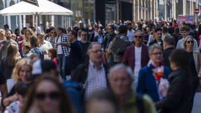 Die dicht bevoelkerte Einkaufsmeile Freie Strasse in Basel, am Samstag, 16. Mai 2020. (KEYSTONE/Georgios Kefalas) (Georgios Kefalas / KEYSTONE)