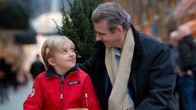Der mittlerweile 11-jährige Alexander Casanova (rechts sein Vater Peter) trägt seit seinem dritten Lebensjahr ein Implantat, das ihm hilft, akustische Reize wahrzunehmen. (Bild: Maria Schmid (Zug, 15. Januar 2020))
