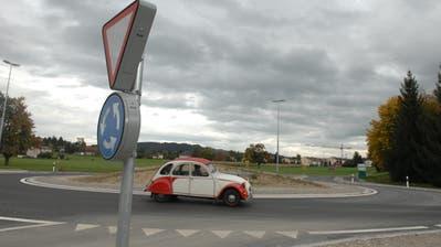 Im Kreisel auf der Q20 in Sirnach hat ein Auto ein Mofa touchiert. (Bild: Nana Do Carmo)