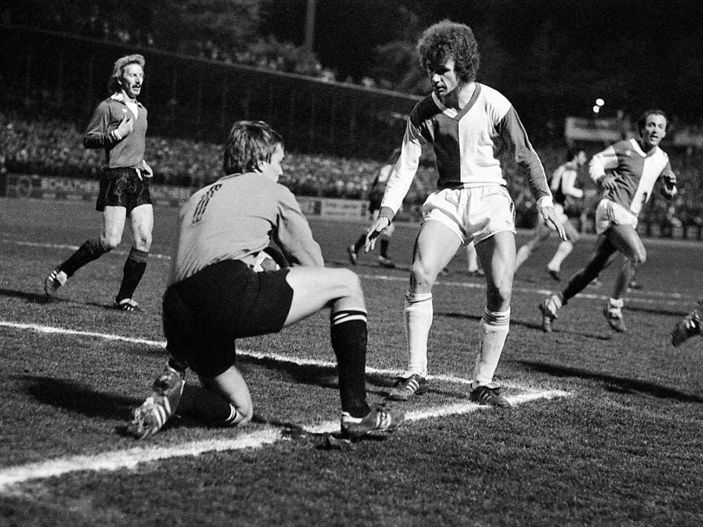 Roger Berbig behändigt den Ball sicher, Verteidiger Francis Montandon sichert ab