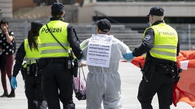 Die Polizei führt einen Demonstranten ab, der auf dem Sechseläutenplatz in Zürich gegen das Corona-Regime protestiert hat. (Keystone/Alexandra Wey, Zürich, 16. Mai 2020)