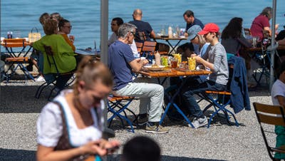 Der Biergarten des Restaurants Fischerhaus am Kreuzlinger Bodenseeufer. (Bild: Benjamin Manser, 17. Mai 2020)