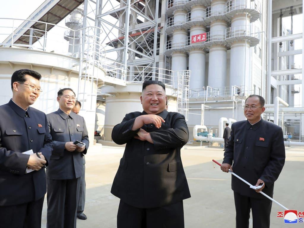 Der Machthaber Nordkoreas Kim Yong Un war zwar eine Zeit lang von der Bildfläche verschwunden - allerdings sollen aktuelle Fotos aus Nordkorea belegen, dass er gesund und quicklebendig ist.
