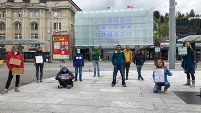 Eine Gruppe versammelt sich in St.Gallen, um ein Zeichen gegen die Massnahmen und Bestimmungen des Bundes zu setzen. (Bild: Raphael Rohner)