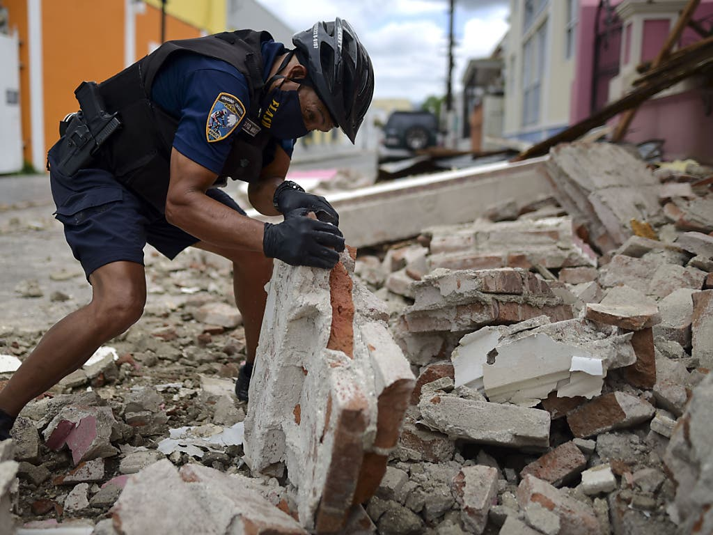 Ein Polizist untersucht Erdbebentrümmer in Ponce auf der Karibikinsel Puerto Rico.