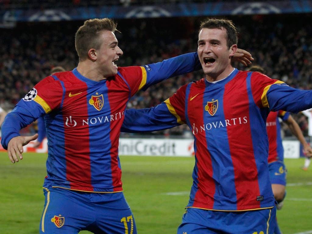 Alex Frei (rechts) jubelt zusammen mit Xherdan Shaqiri über seinen 2:0-Führungstreffer beim Heimspiel gegen Manchester United