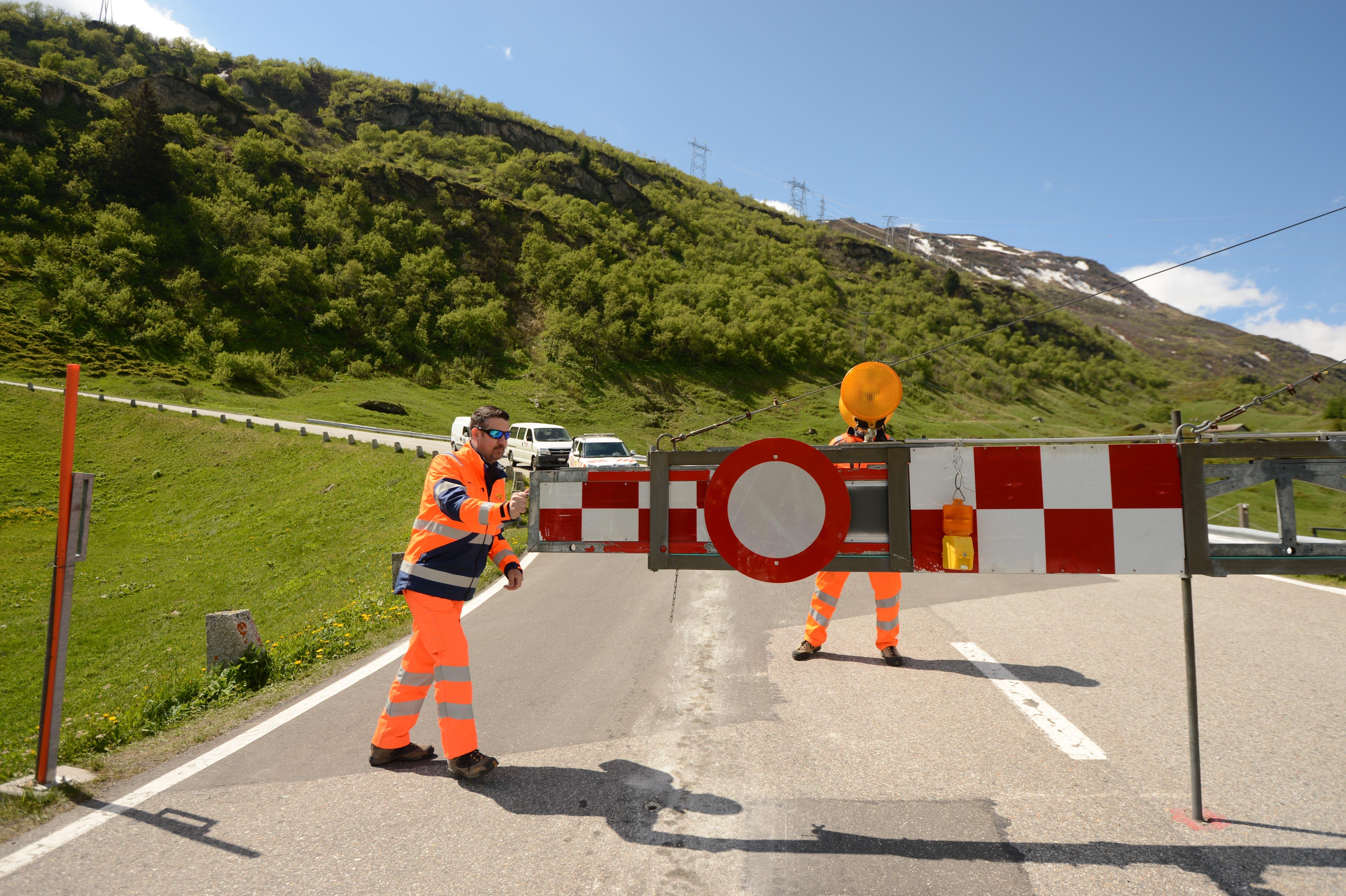 Die Mitarbeiter des Unterhaltsdienstes machen sich um 11 Uhr für die Öffnung der Strasse auf den Gotthardpass bereit.