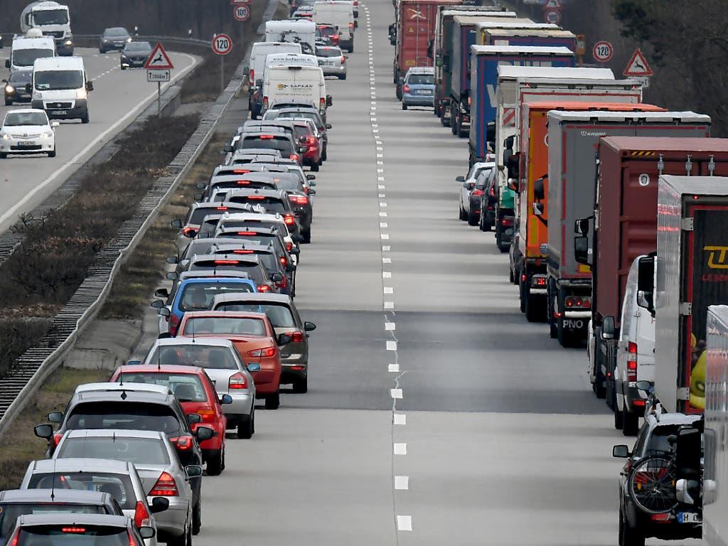 Rettungsgasse auf einer deutschen Autobahn in Niedersachsen, Deutschland: Wer in der Schweiz die Bildung einer solchen verhindert, wird ab kommendem Jahr gebüsst.