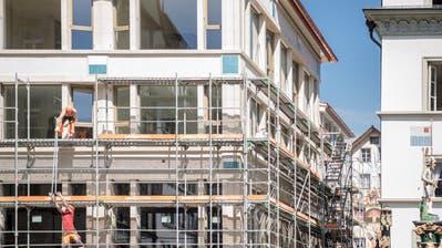 Bei diesem eleganten Neubau am Kapellplatz in Luzern stehen wegen Corona viele Ladenflächen leer