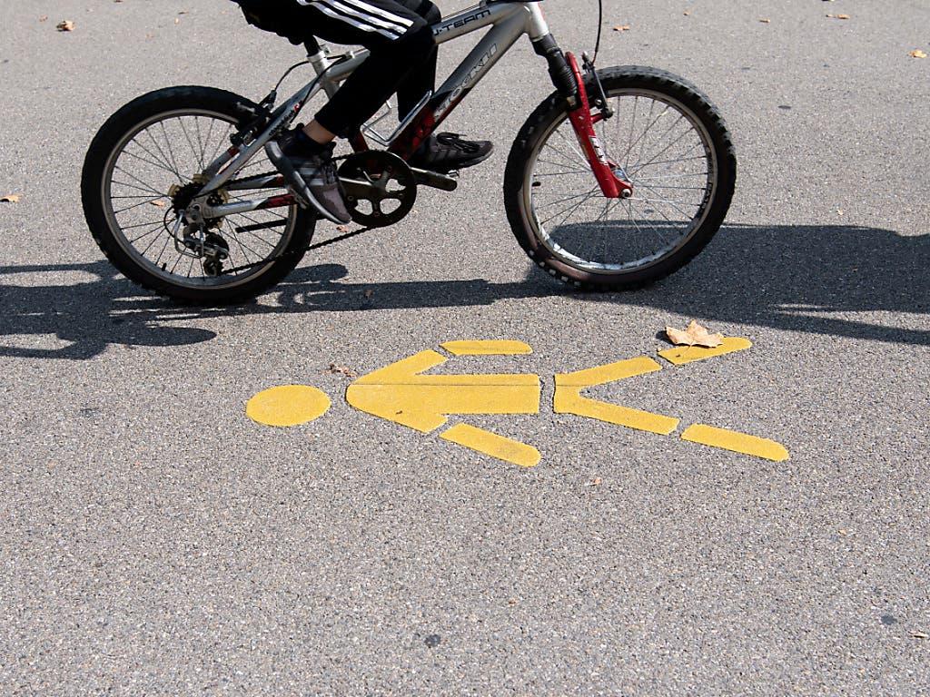 Kinder bis 12 Jahre dürfen ab nächstem Jahr auf dem Trottoir fahren, sofern kein eigener Veloweg markiert ist.