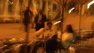 Die Leute waren am Mittwoch in kleinen Gruppen unterwegs und hielten Abstand. (Michel Canonica)