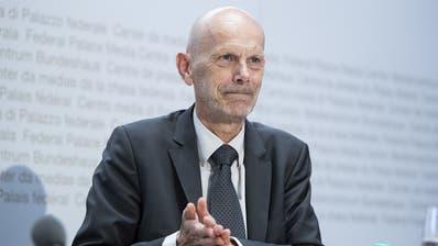 Daniel Koch, Delegierter des Bundes für COVID-19, desinfiziert sich die Hände während einer Medienkonferenz. (Peter Schneider / KEYSTONE)