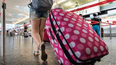 Die Hälfte derer, die verreisen wollen, planen laut der Studie eine Reise ins Ausland. Im Bild ist eine Touristin am Flughafen Zürich zu sehen. (Christian Beutler / KEYSTONE)