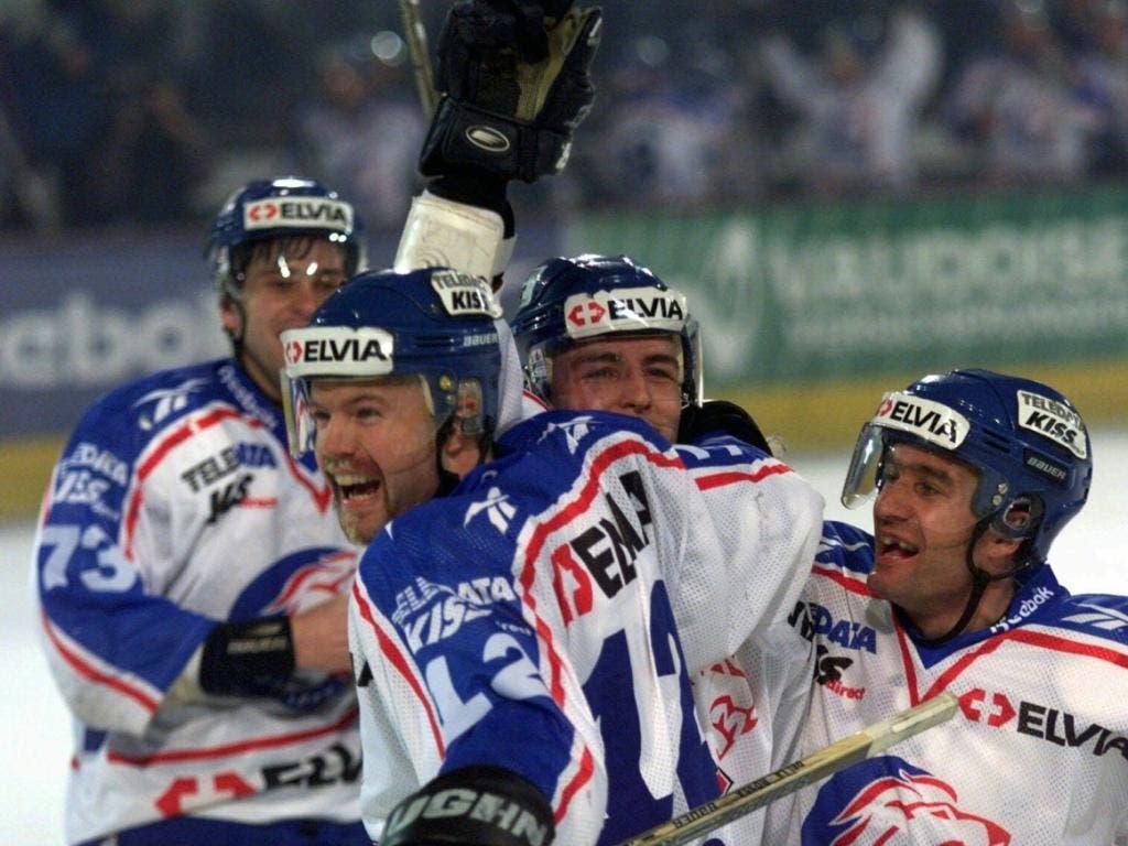 Kollektiver Jubel der ZSC Lions (von links): Martin Kout, Patric Della Rossa, Rolf Schrepfer und Andreas Zehnder nach einem Tor in der Finalserie gegen Lugano