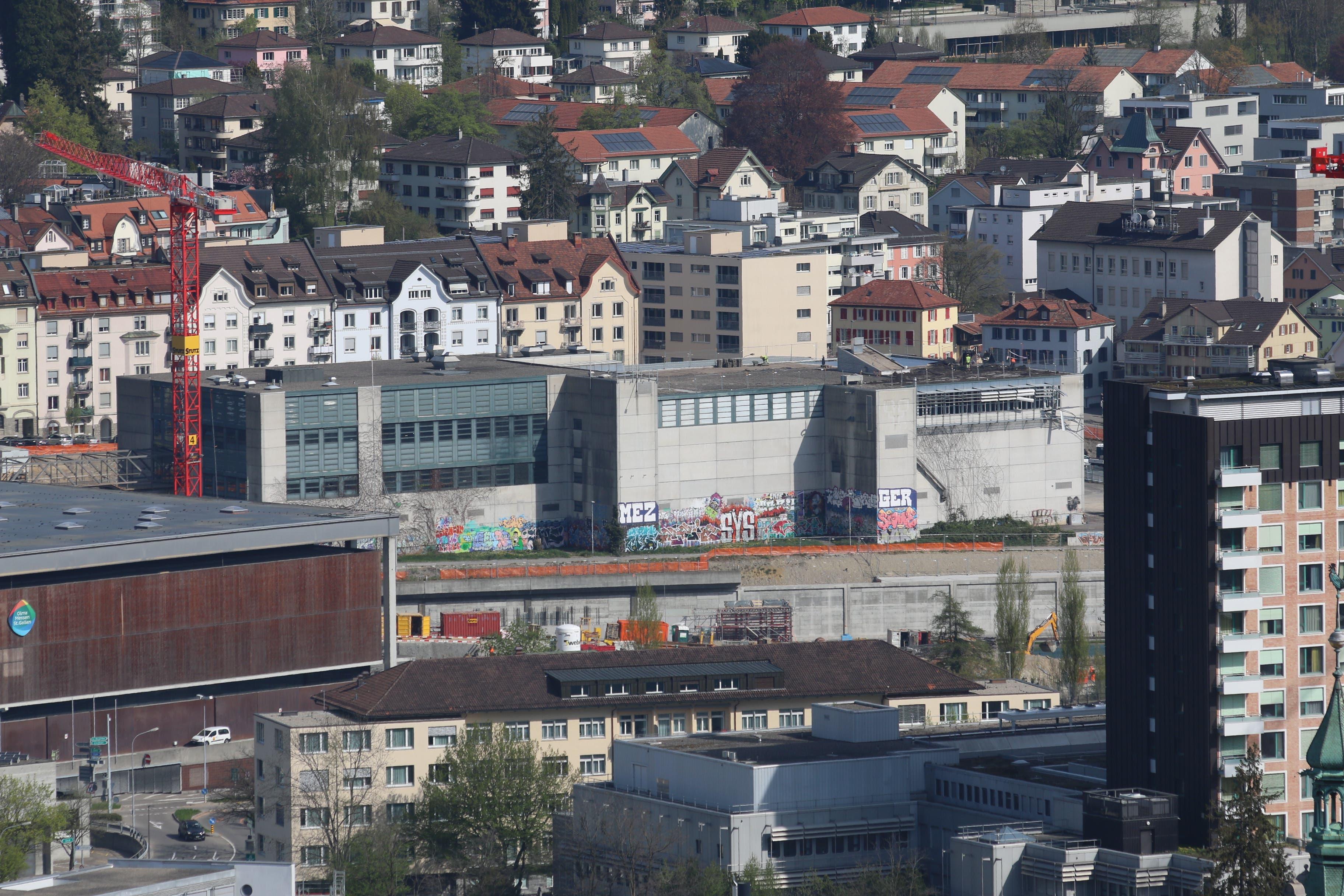 Die alte Olma-Halle 1 Mitte April. Die Abbrucharbeiten im Inneren haben bereits begonnen.