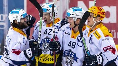 EV Zug Stuermer Carl Klingberg (#48) feiert seinen Treffer zum 1-4 mit Dominik Schlumpf (#18), Tobias Geisser (#42) und Gregory Hofmann, rechts, waehrend dem Eishockey-Meisterschaftsspiel der National League zwischen den SC Rapperswil-Jona Lakers und dem EV Zug am Samstag, 21. Dezember 2019, in Rapperswil. (KEYSTONE/Patrick B. Kraemer) (Patrick B. Kraemer / KEYSTONE)
