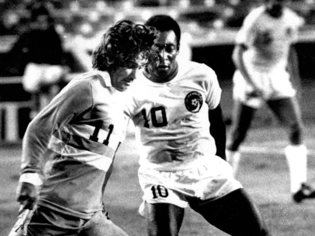 Zwei der Grössten unter sich: George Best (li.) dribbelt bei einem Spiel in den USA 1976 gegen Pelé