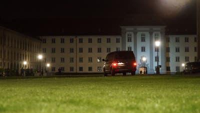 Erst nach einem Grosseinsatz der Polizei beruhigte sich die Situation auf dem St.Galler Klosterplatz. (Bild: Sandro Büchler)