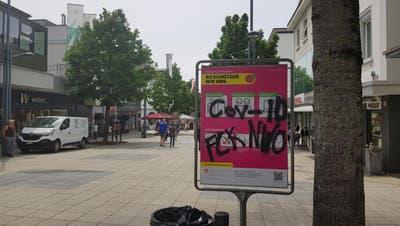 Ein verschmiertes Plakat an der Oberen Bahnhofsstrasse. (Bilder: Dinah Hauser)