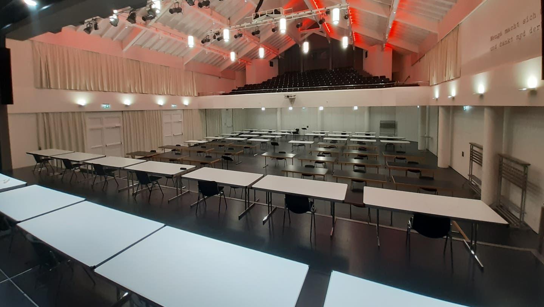 In der Aula Cher in Sarnen wurden bereits Stühle und Tische für die Kantonsratssitzung aufgestellt. (Bild: PD)