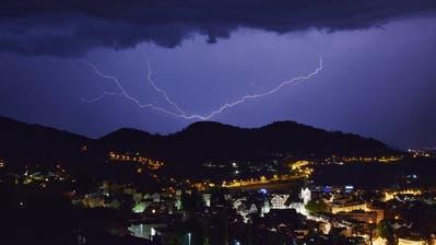 Ein Blitzeinschlag an besagtem Samstagabend, hier in Herisau. Einer der nächsten Blitze stiess durch unser Dach in Goldach. (Leserbild: Michael Haeberli)