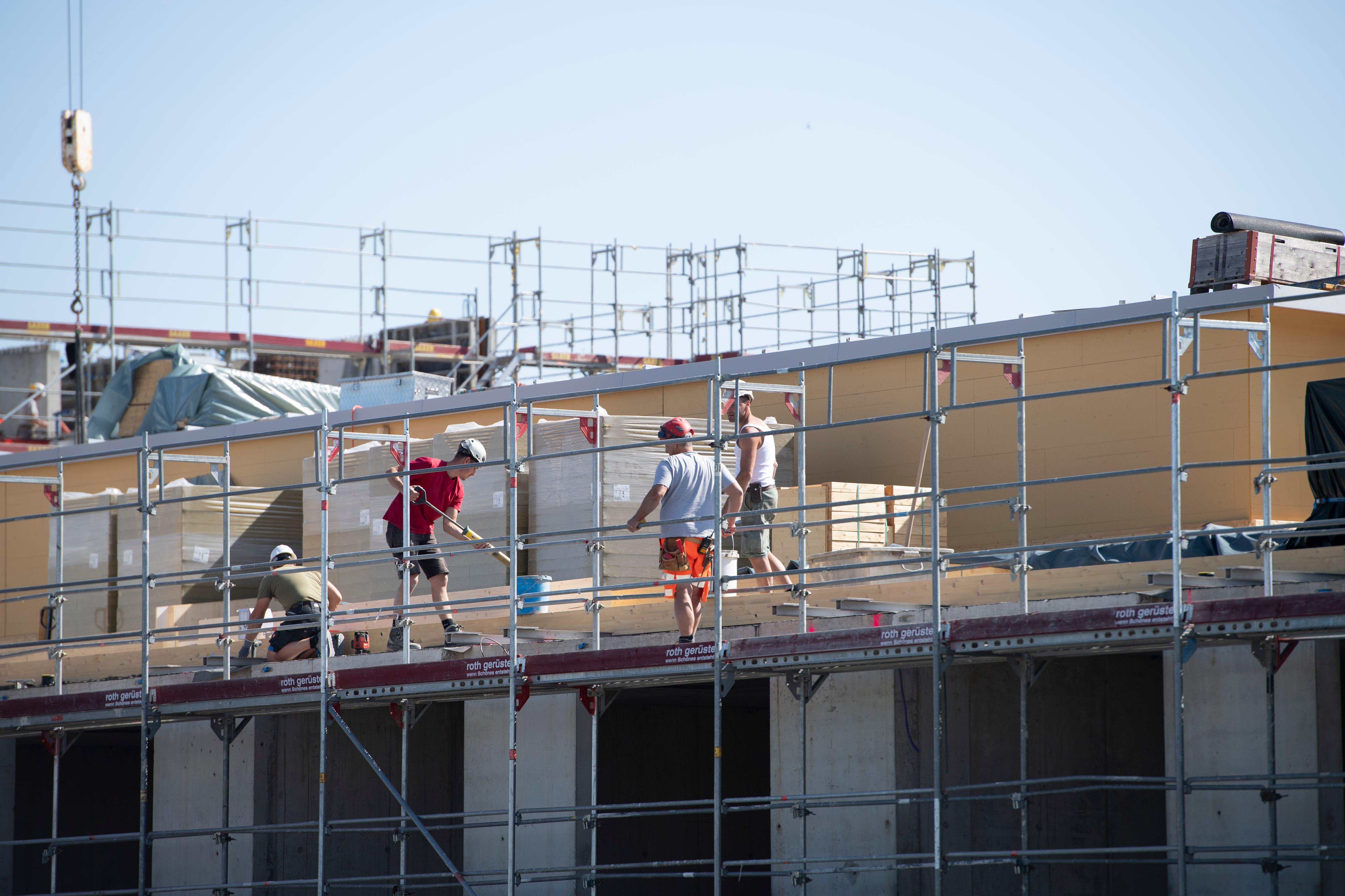 Die Arbeiten auf der Migros-Baustelle in Wittenbach sind in vollem Gang. Auf allen drei Dächern werden auch Fotovoltaikanlagen installiert.