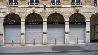 Uhren- und Schmuckgeschäftewie hier in Basel waren geschlossen. In anderen Ländern sind die Läden teils noch immer zu. (Georgios Kefalas / KEYSTONE)