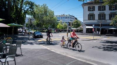 Velos, Busse, Fussgänger und Grünflächen sollen auf St.Galler Strassen mehr Platz bekommen – zu Lasten von Autos. Das fordern zwei Initiativen der Organisation Umverkehr. (Michel Canonica)